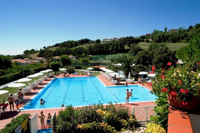 Taunus vacanze numana sirolo marche for Villaggio taunus